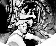 """The """"McCann Submarine Rescue Chamber"""": workers in the newly developed diving bell to salvage survivors from sunken submarines. On May 23, 1939, she was employed for the first time and rescued the 33 men of the """"USS Squalus"""" from 74 meters depth life"""
