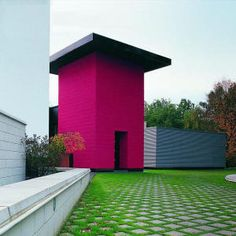 Geometric shapes and contrasting colours are used as a typical Memphis design. The ground also adds to the architectual design as it has squres repeated as a pattern. Colour Architecture, Architecture Images, Memphis Design, Nathalie Du Pasquier, Memphis Milano, Design Movements, Makeover Tips, Pink Houses, Built Environment