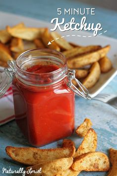 Cut back on the sugars and artificial flavors in store-bought ketchup with this 5 minute ketchup recipe. It's easy, yummy, and the kids love it! Homemade Ketchup Recipes, Homemade Sauce, Canning Recipes, Sauce Recipes, Vegan Recipes, Homemade Recipe, Cat Recipes, Gourmet, Chow Chow