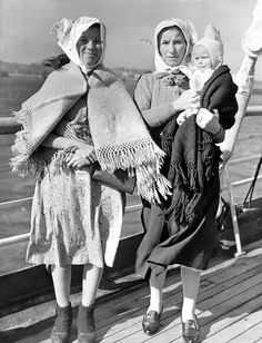 History Lesson: Immigrant women from Czechoslovakia, travelling by ship, with a small baby, Ellis Island Immigrants, Small Baby, Antique Clothing, Edwardian Era, Mother And Child, Vintage Pictures, Vintage Photographs, Black And White Photography, Old Photos