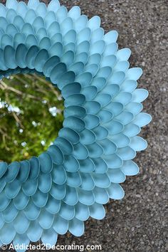 DIY mirror from plastic spoons : chrysanthemum mirror 14 Plastic Spoon Mirror, Plastic Spoons, Plastic Craft, Diy Projects To Try, Crafts To Do, Craft Projects, Spoon Wreath, Flower Mirror, Modelos 3d