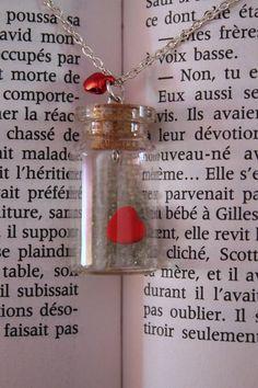 Collier fantaisie fiole avec coeur et billes réalisé en Fimo