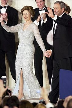 Laura Bush wore an ice-blue embroidered gown by Oscar de la Renta. The late designer was known for dressing a number of First Ladies including Jacqueline Kennedy and Hillary Clinton. Laura Bush, Barbara Bush, Georg Bush, Presidents Wives, American Presidents, American History, First Lady Of America, American First Ladies, First Lady Melania