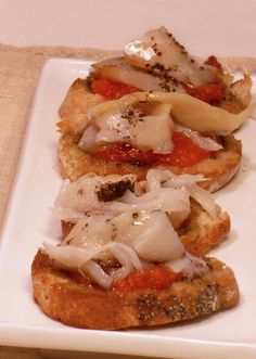 Tostas de bacalao con aceite de olivas negras - Codfish toasted with olive oil Tostadas, Spanish Dishes, Spanish Cuisine, Tapas Recipes, Appetizer Recipes, Antipasto, Mezze, Brunch, Tapas Bar