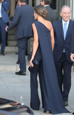 Today King Felipe and Queen Letizia of Spain opened the season of the Royal Theatre Teatro. Letizia wore a stunning navy jumpsuit for the occasion Paris Chic, Fashion Mode, Star Fashion, Fashion Styles, Latest Fashion, Fashion Trends, Black Women Fashion, Womens Fashion, Estilo Real
