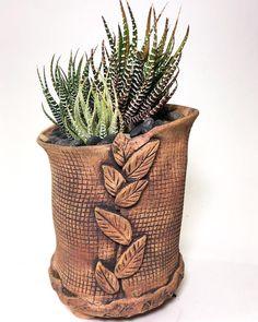 New funky tabletop planters.🙌🙌🙌 - Elsa Rubenstein New funky tabletop planters.🙌🙌🙌 New funky tabletop planters. Pottery Pots, Slab Pottery, Ceramic Pottery, Ceramic Art, Porcelain Ceramic, Thrown Pottery, Ceramic Mugs, Ceramic Bowls, Slab Ceramics
