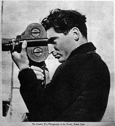 En la fotografia  podemos ver a Capa con una camara  en 1936.  El prestigio internacional le llegó sobre todo a partir de sus reportajes sobre la guerra civil española y sobre la Segunda Guerra Mundial para la revista Life.