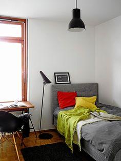Lastenhuoneet on sisustettu identtisesti ja neutraalisti sopimaan niin tytön kuin pojan huoneeksi. Sänky on Ikeasta, tekstiilit Svaneforsilta ja Linumilta. Työpöydän edessä on Eamesin musta DAW-tuoli.