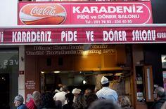 karadeniz-pide-ve-doner-salonuBurayı tek bir cümle ile ifade etmek gerekirse; 40 yıllık bir döner ustası sanat icra ediyor. Beşiktaş'ta olan bu yerin mutlaka önünden geçip kalabalıklığına şaşırıp kalmışsınızdır hatta bir koku sizi kendisine doğru çekmiştir. İşte burası o yer. Ağzımızın tadını iyi biliyoruz! Dışarıdan görüntüsü sıradan bir dönerci gibi görünse de İstanbul'un en iyi döner yapan yeri burasıdır