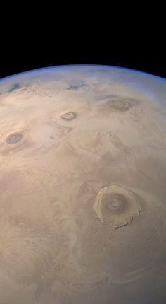 Захватывающий вид на комплекс марсианских вулканов Фарсиды от MarsExpress. Самый нижний - вулкан Олимп, крупнейший в Солнечной системе. Чуть выше в ряд - 3 вулкана: Арсия, гора Аскарийская и гора Павлина. / Популярная астрономия