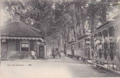 De tram naar Laren passeert de Naarder Tol, Amersfoortsestraatweg, ca. 1904.  Tol gebouwd in 1840 en afgebroken in 1914.