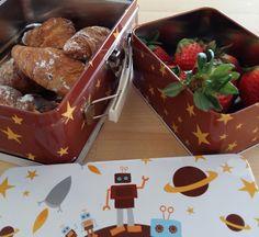 Mmm sirve los croissants y las fresas para el desayuno en las latas divertidas de #Blafre #latas #estilonordico