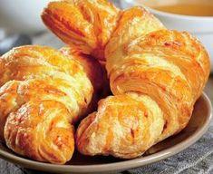 Cornurile fragede care se topesc in gura de bune ce sunt se pot pregati si acasa. Aluatul nu e greu de facut, trebuie doar sa aveti ceva timp la dispozitie si veti constata ca-l puteti folosi in trei feluri. Va prezentam o reteta foarte usoara! Croissant, Bread Recipes, Cake Recipes, Romanian Food, Pastry And Bakery, Deserts, Food And Drink, Sweets, Cheese