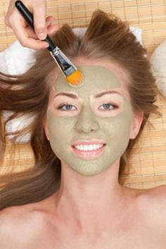 DIY Avocado Spa: Make an anti-aging moisturizing mask by pureeing a ripe avocado and mixing it with cup sour cream, which has lactic acid to help exfoliate dead skin cells. Spread over your face and leave on for 10 minutes before rinsing with water. Beauty Make-up, Beauty Secrets, Beauty Care, Beauty Hacks, Piel Natural, Do It Yourself Fashion, Tips Belleza, Beauty Recipe, Belleza Natural