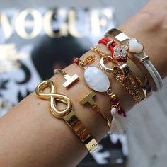 It's time 4 red ♡ Tip voor de decemberdagen... Hoe leuk zijn deze armbandjes !? www.armbandonlinekopen.nl