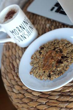 """Ontbijten met koek! LEKKER! Eigenlijk moest het dus """"ontbijtkoek"""" heten, maar daar hebben we een hele andere soort koek bij in gedachte dan deze. Dus vandaar: Havermout Ontbijt Cookie! Heel makkelijk te maken, kan bijna niet misgaan zou je zeggen! Wat heb je nodig voor 1 ontbijt cookie: 45 gram havermout 2 eetlepels volkoren bloem …"""