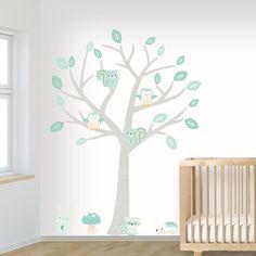 Zo schattig! Deze muursticker boom voor de babykamer met lieve dieren in zachte kleuren.