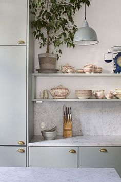 Kitchen Trends 2018 / 2019 for Home Interiors and Decor Kitchen Ikea, Kitchen Dinning, Kitchen And Bath, Kitchen Decor, Brass Kitchen, Interior Desing, Interior Design Kitchen, Green Kitchen, New Kitchen