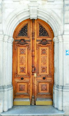 Door design and so much wanderlusting for far away places and spaces! Cool Doors, Windows And Doors, Front Doors, Door Knobs, Door Design, Old And New, City Photo, Antiques, Wallpaper