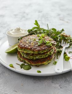 Zucchini fritters TMX - sub out flour New Recipes, Cooking Recipes, Favorite Recipes, Recipies, Dinner Recipes, Zuchinni Fritters, Desert Recipes, Recipe Collection, Side Dishes