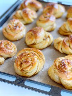 VERDENS BEDSTE KARDEMOMMESNURRER Honey Pie, Sweet Bread, Doughnut, Cookie Recipes, Cupcake Cakes, Deserts, Food And Drink, Sweets, Snacks