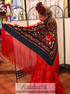 #manton de #manila con fondo negro y estampado de flores, realizado de forma #artesanal. #Fuengirola