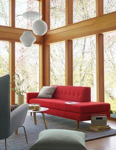Sofá pés de madeira, assento na frente e na ponta.