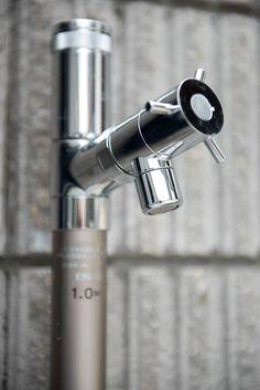 立水栓は、ユニソン【エインスタンド EIN】です。スタイリッシュな美しさをもつ不凍機能付き立水栓。