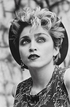 La Termica lance sa nouvelle exposition, « Madonna, la Naissance d'un Mythe ». Organisée par Mario Martin Pareja et Ono, elle présente une collection de cinquante images étonnantes prises au début des années 1980 par les photographes Deborah Feingold, Peter Cunningham et George DuBose.