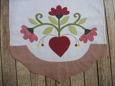 Pano de Copa com barrado de tecido e aplicação com bordado. Medida: 50 cm x 70 cm