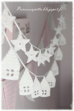 Häuserliebe: Es nimmt kein Ende - flowerdesign Love of houses: there is no end -. Crochet Snowflake Pattern, Crochet Garland, Crochet Snowflakes, Christmas Yarn, Christmas Crafts, Crochet Home, Love Crochet, Knitting Patterns, Arts And Crafts