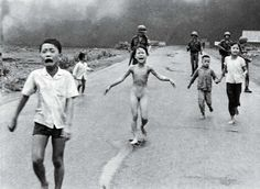 NEW LIFE: Kim Phuc became an icon of the Vietnam War in this photo. Vietnam Napalm girl has peace 40 years after photo Famous Photos, Iconic Photos, Buy Photos, Napalm Girl, Fotojournalismus, World Press Photo, Lourdes, Vietnam War Photos, South Vietnam
