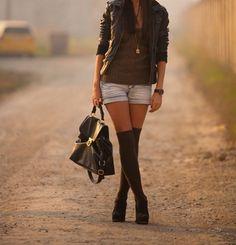 Shorts y medias sobre las rodillas. - Shorts and over the knee socks Socks And Heels, Knee High Socks, Tall Socks, High Boots, Short Outfits, Cute Outfits, Spring Summer Fashion, Winter Fashion, Cali Fashion