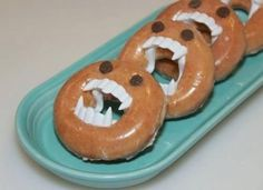 Donuts of your choice then add plastic vampire teeth through donut hole then chocolate chips for eyes...There is no link to a website Halloween Donuts, Halloween Breakfast, Halloween Treats For Kids, Spooky Treats, Gruseliges Halloween, Halloween Birthday, Holidays Halloween, Halloween Decorations, Halloween Vampire