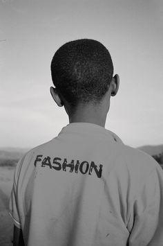 Appareil à l'épaule, les photographes d'i-D ont parcouru la planète - de Bangalore à Belfast, en passant par Harlem et Paris - pour rencontrer la jeunesse du monde et parler des problèmes auxquels elle doit faire face.