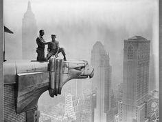 Es una de las fotografías más vendidas del mundo. Fue tomada en Nueva York, el 29 de septiembre de 1932, y la publicó el New York Herald Tribune en el suplemento dominical del 2 de octubre de ese mismo año. Está tomada en la planta 69 de las 70 que tiene el edificio GE del Rockefeller Center.