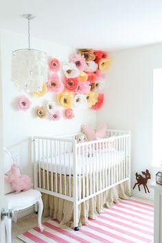 Un set de decoratiuni camera copii , format din flori colorate si diafane, potrivite pentru atmosfera din camera copilului.