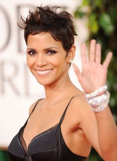 Very Cute Messy Pixie Hairstyle of Halle Berry Celebrity Pixie Cut, Halle Berry Hairstyles, Pixie Hairstyles, Short Hair Cuts For Women, Short Hair Styles, Messy Pixie Cuts, Short Pixie, Modern Short Hairstyles, Oval Face Haircuts
