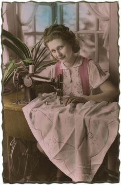 Vintage sewing postcard - lovely lady posing with Singer sewing machine. So pretty Images Vintage, Vintage Photographs, Vintage Postcards, Ste Anne, Poster Retro, Nostalgic Images, Sewing Cards, Antique Sewing Machines, Vintage Girls