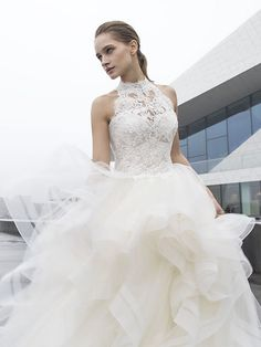Robe de mariée Bliss, créateur Modeca : Coupe princesse, jupe en tulle, bustier en dentelle ivoire.