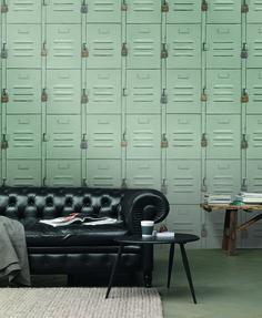In modernen Wohnungen schmücken jetzt coole Metallspinde die Wand – und zwar in Form einer fotorealistischen Vliestapete. Ein faszinierender Eyecatcher, den man sich einfach immer wieder anschauen muss.