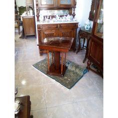 """Ένα υπέροχο Art Deco τραπεζάκι, με επιφάνεια """"σκακιέρα"""", από ξύλο καρυδιάς και διαστάσεις 0,60 Χ 0,60 εκατοστά και ύψος 0,75. Χρονολογείται το 1910 και είναι αντιπροσωπευτικό δείγμα της εποχής του."""