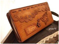 *たくさん入る蝶と革レースの長財布 Leather Accessories, Leather Jewelry, Leather Craft, Leather Tooling, Leather Clutch, Leather Purses, Leather Tutorial, Leather Bag Pattern, Cute Bags