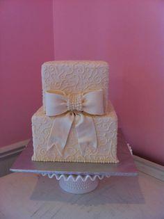 Torta de boda cuadrada decorada con diseño de encaje.