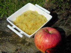 Ing rédients : 300 g de pommes le jus d'un demi citron 50 g de sucre en poudre cannelle en poudre 1 cà s d'eau Préparation: éplucher les pommes, ôter les trognons et les mettre dans le bol avec le jus de citron, le sucre, la cannelle et 1 c à s d'eau....