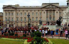 """Erste Gratulanten für Kate`s Baby ... . bauen sich in London schon vor dem Buckingham Palace auf. Bin mal gespannt, wie lange der """"königliche Nachwuchs"""" noch auf sich warten lässt. Und die ersten fliegenden Fish und Chips Verkäufer sollen auch schon gesichtet worden sein. :-)"""