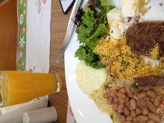Dia 5. Almoço. Self service na padaria Esplêndida. Arroz, feijão e farofa quase nunca faltam no almoço do dia-a-dia, segunda, 13h30.