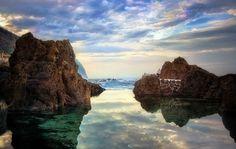 Wartym uwagi zakątki Zielonego Ogrodu Europy jest także niewielka, lecz niezwykle malownicza miejscowość Porto Moniz. Największą jej atrakcją są naturalne baseny lawowe, których woda jest nieco cieplejsza niż w oceanie.