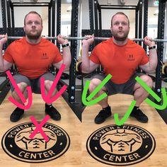 Links drehen sich die Knie bei der Aufwärtsbewegung nach innen, oft auch schon am Ende der Abwärtsbewegung. Am Ende der Aufwärtsbewegung schaffen es viele dann wieder die Knie nach aussen zu drehen. Durch das kollabieren der Knie werden die passiven Strukturen stärker beansprucht. Rechts sieht man die korrekte Form, die Knie zeigen nach aussen, in Richtung der Fußspitzen. Die Belastung auf die passiven Strukturen ist geringer und langfristig kann hier sicherer gebeugt werden.