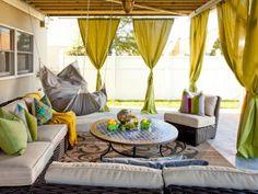 pergola avec rideaux -vert-pistache-terrasse-carrelée-canapé-osier-hamac